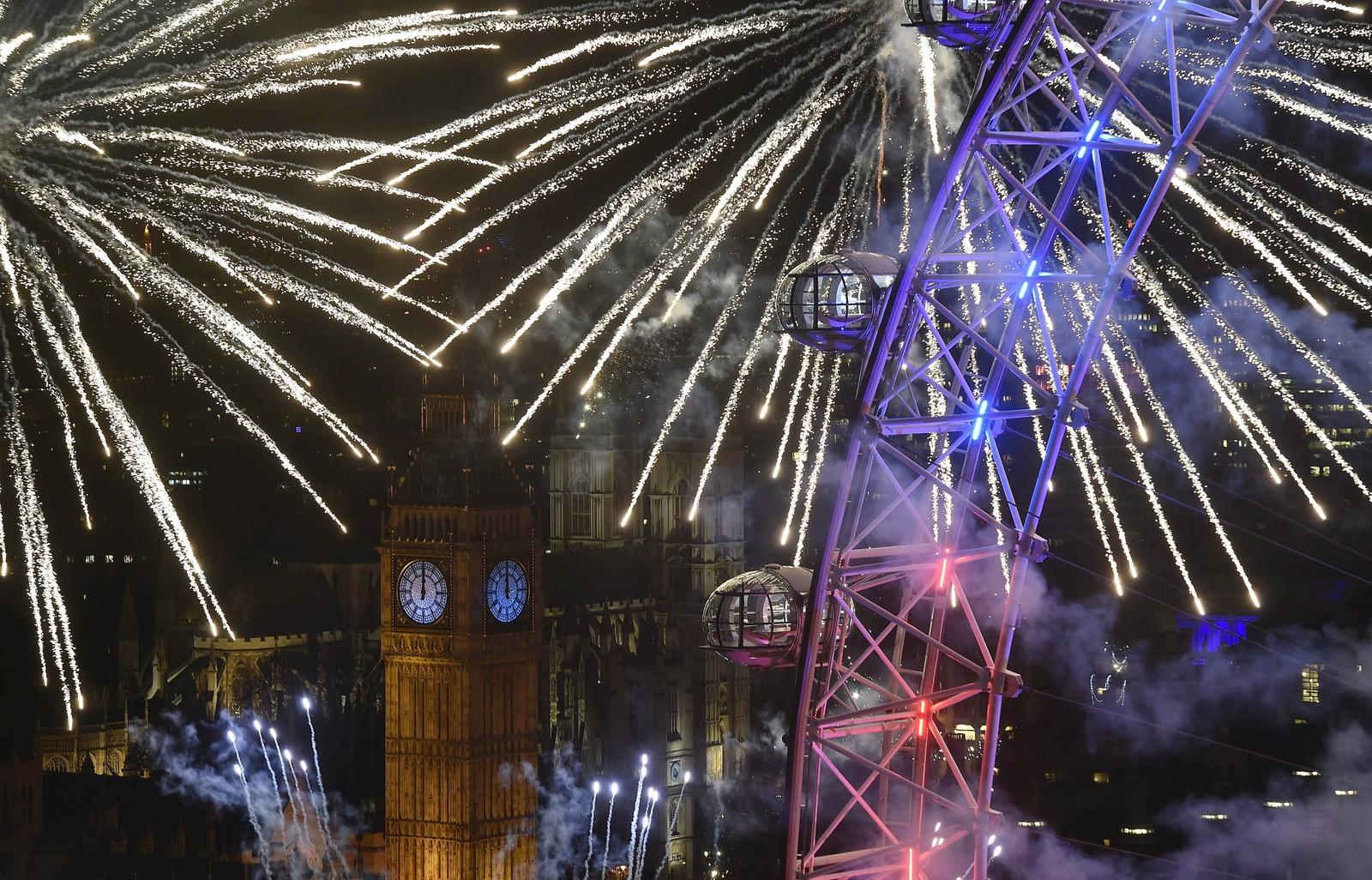 Da Big Ben kimte inn det nye året eksploderte fyrverkeri rundt det store pariserhjulet London Eye på den andre siden av Themsen.
