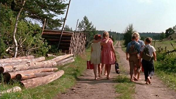 Når sommeren kommer til Bakkebygrenda, kan barna fiske, mate kyllinger og kjøre med hestekyss til kvernhuset. Svensk filmserie.