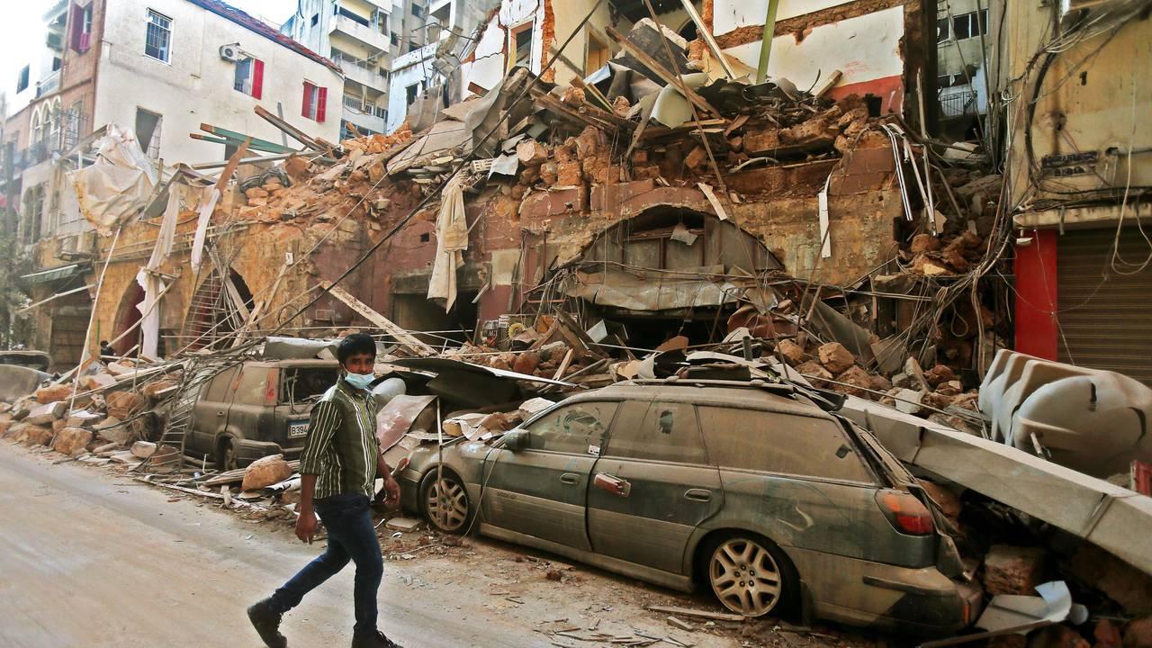 Et hus har kollapset over en bil i sentrum av Beirut.