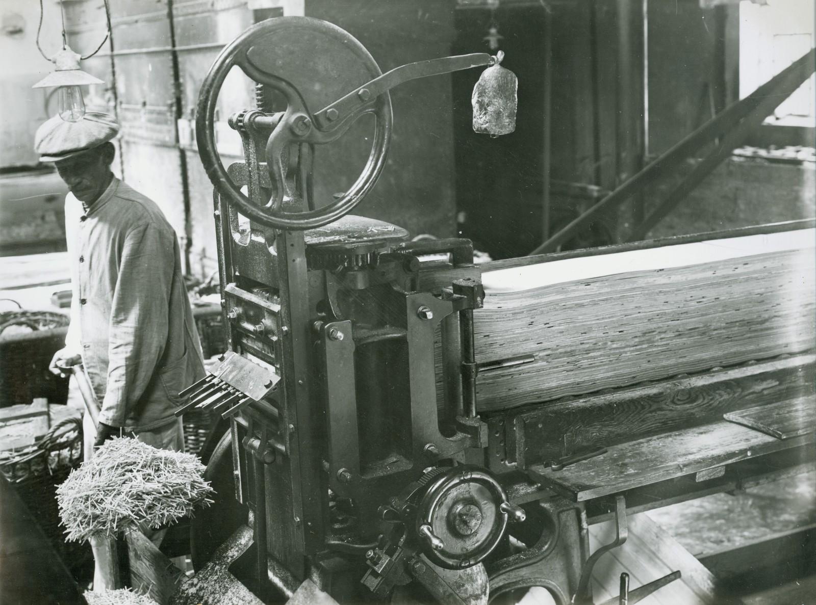 Stikketørker M. Næss, 1925. Bildet er tatt i forbindelse med en utstilling i Tønsberg.
