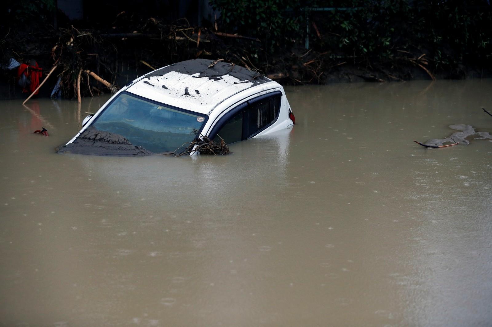 En bil under vann i Asakura i Fukuoka Prefecture.