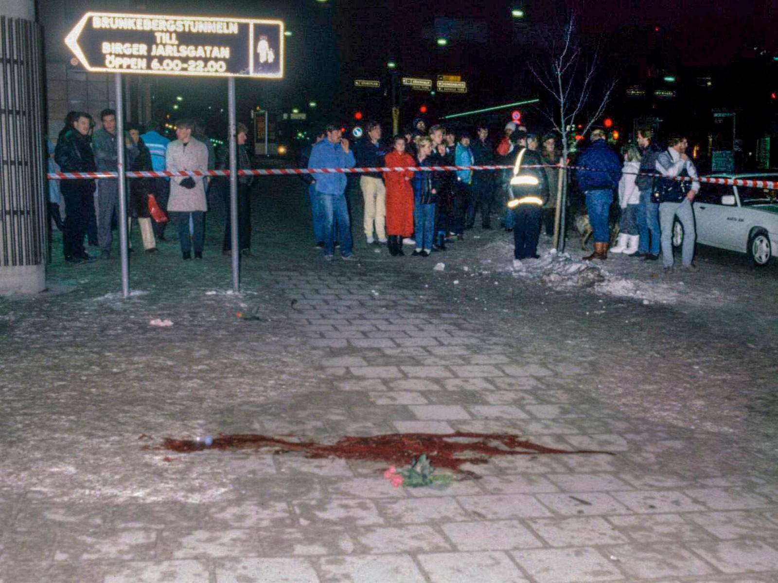 Åstedet der Palme ble drept med blod på bakken som vitner om skuddene som falt.