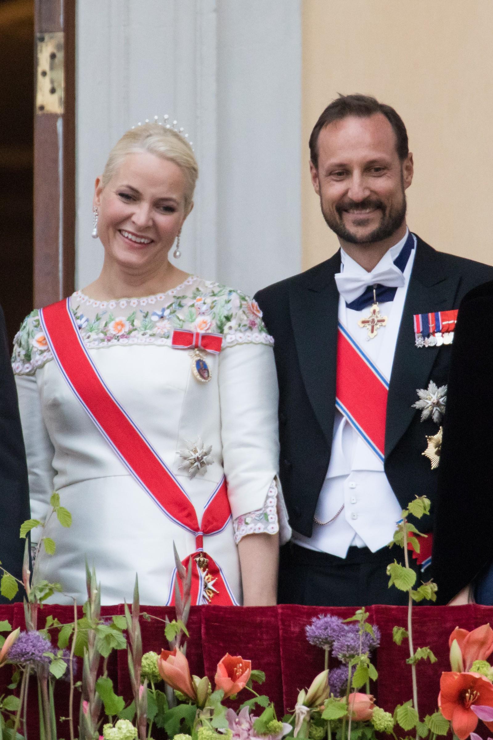 Kronprinsesse Mette-Marit og kronprins Haakon. Kongeparet mottar gratulasjonsdeputasjoner i anledning sin 80-årsfeiring.