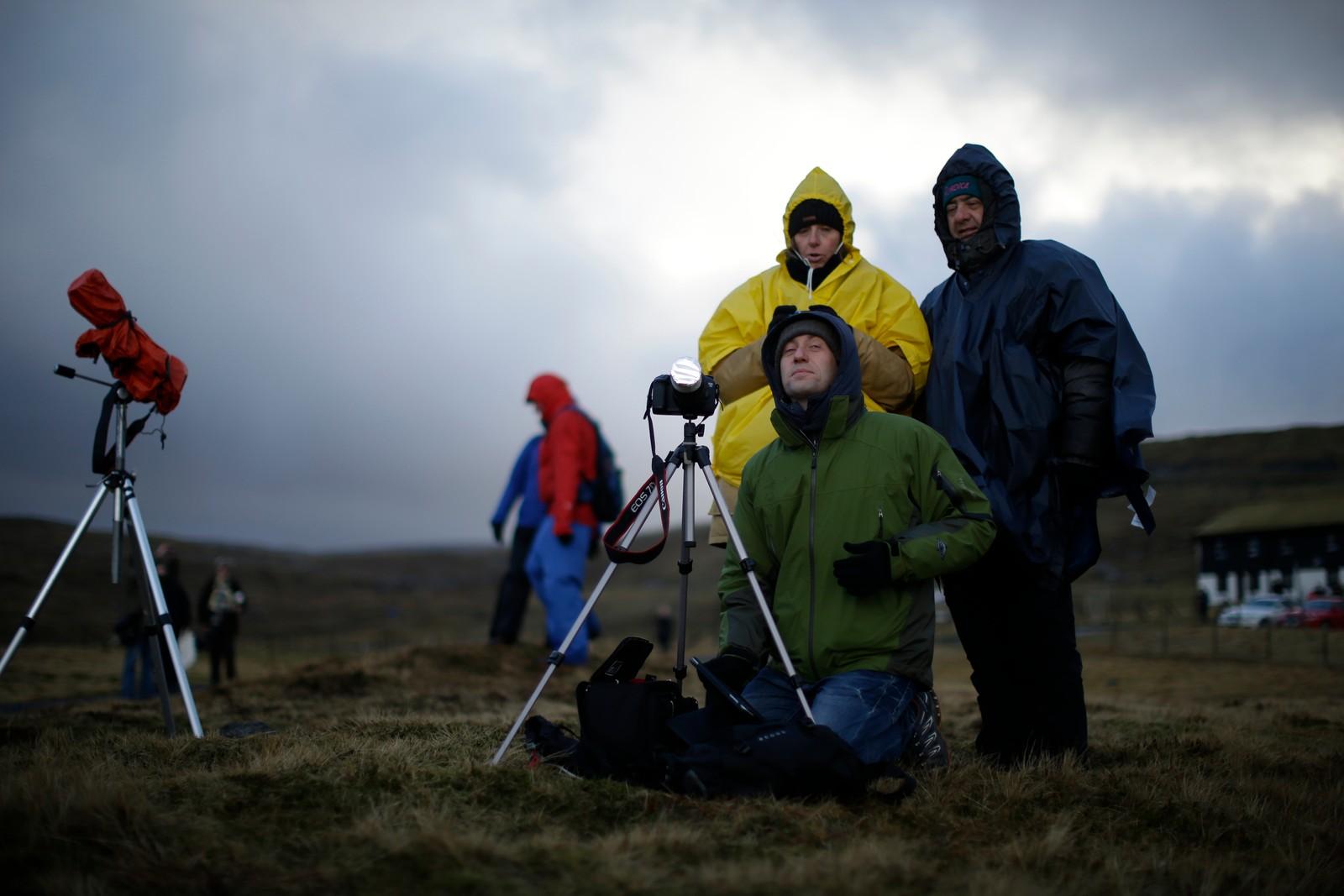 Italienske turister krysser fingrene for klar himmel på Færæyene.