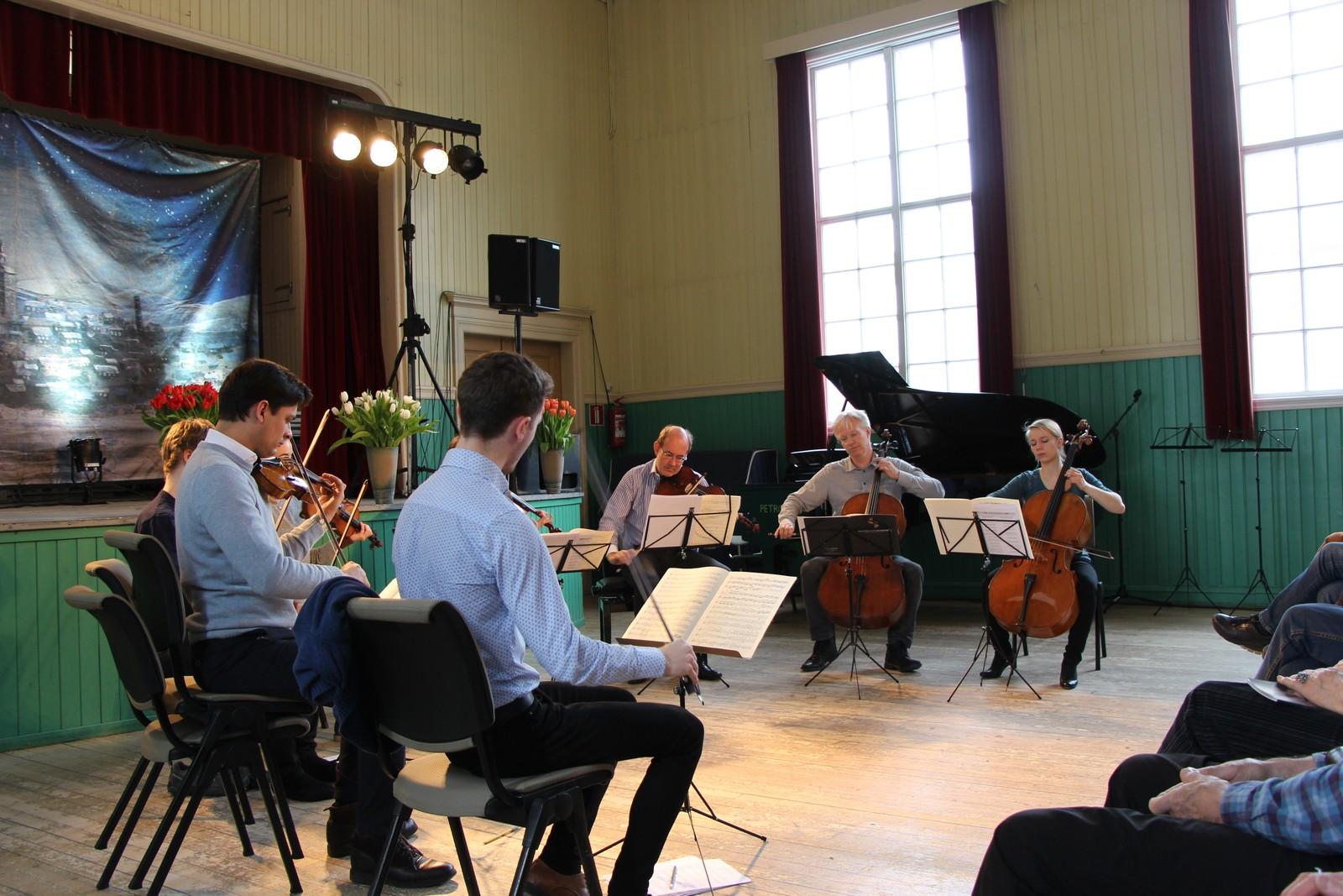 Kandidatene på KonstKnekt øver til kveldens konsert med medlemmer fra Berlinfilarmonien.