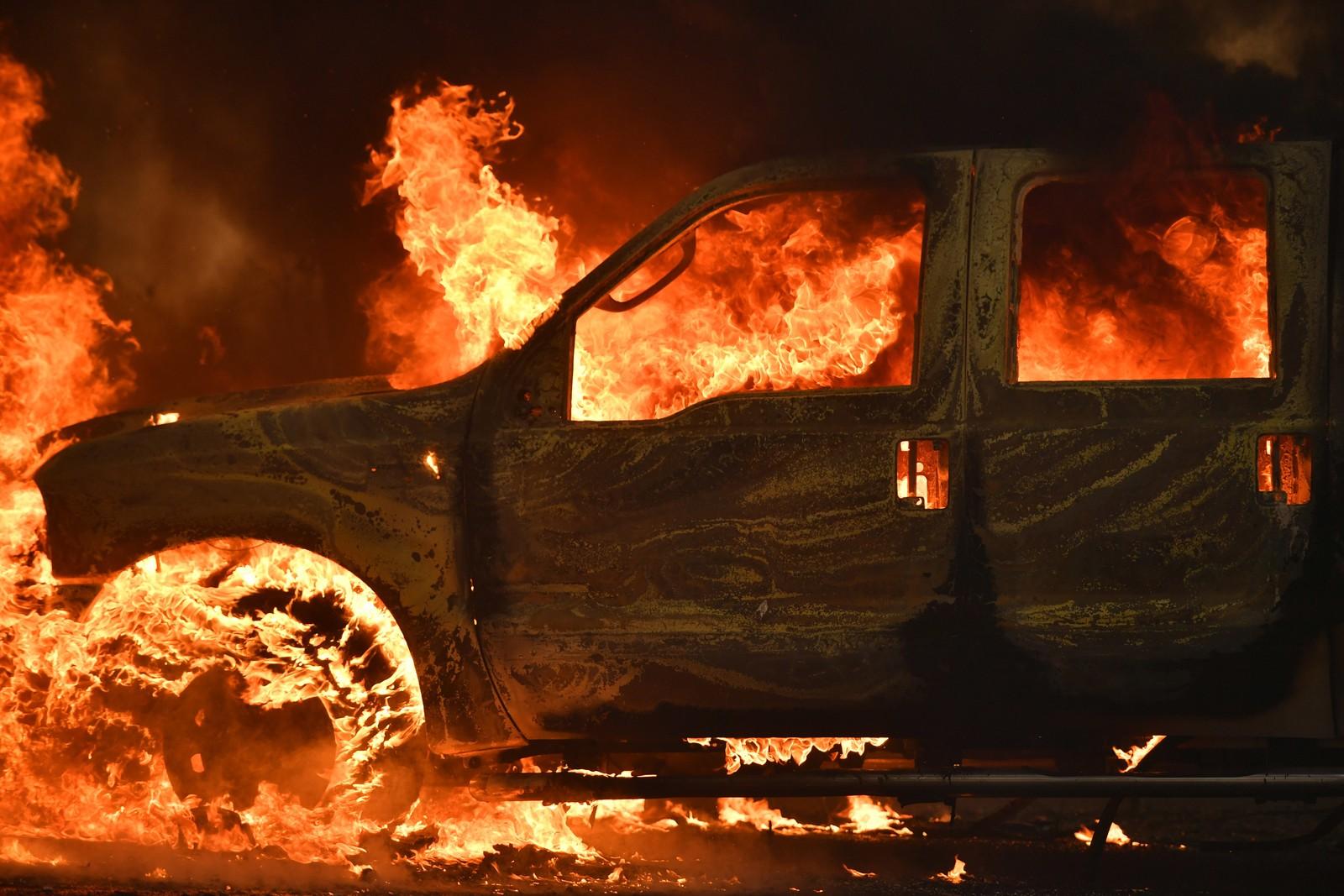 Brennende bil i Lower Lake søndag.