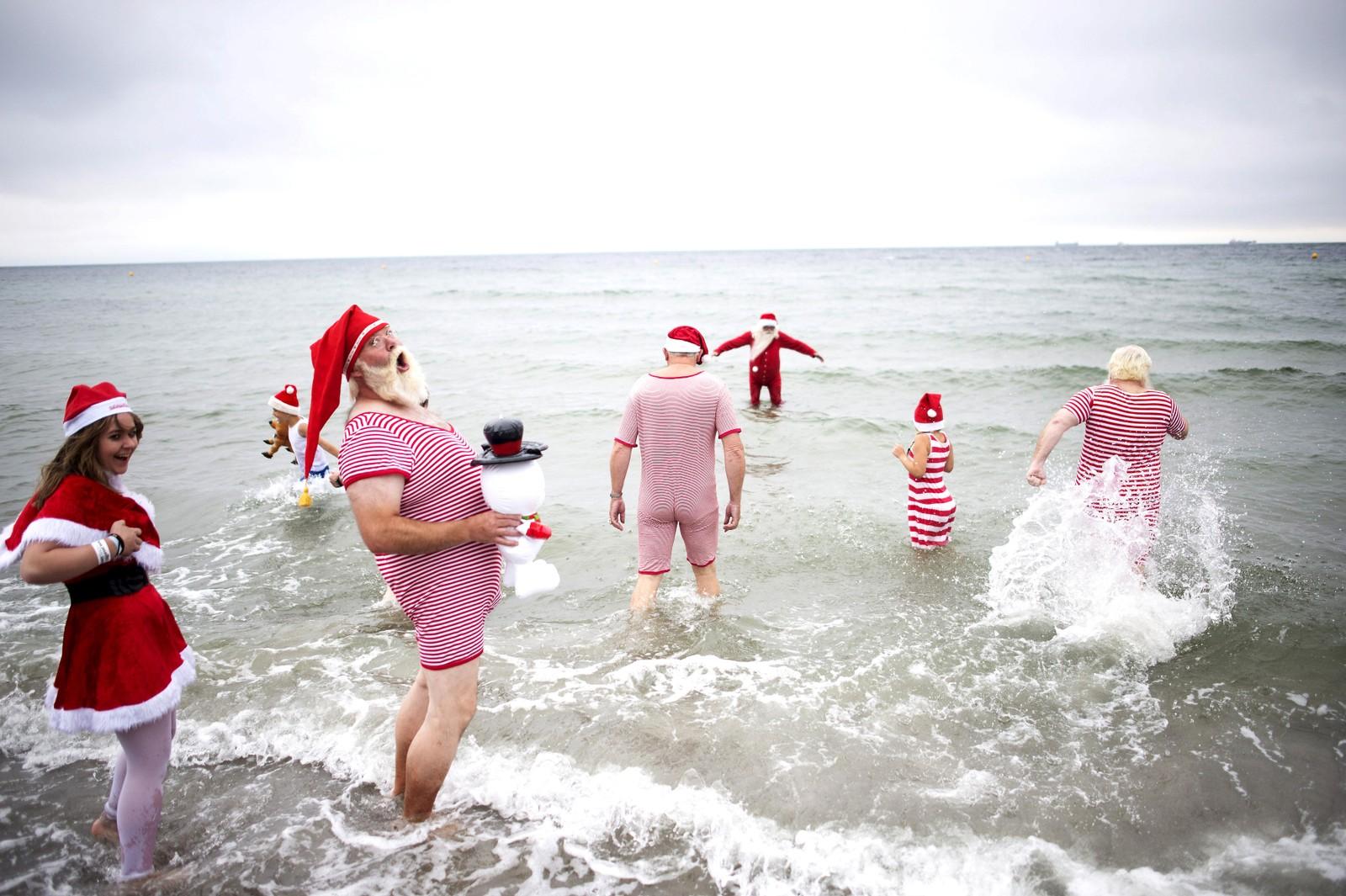 Ja, du ser riktig. Julenisser i juli! Disse glade nissene deltok i den årlige julenissekongressen i Danmark denne uka. Her bader de ved stranda Bellevue i København.