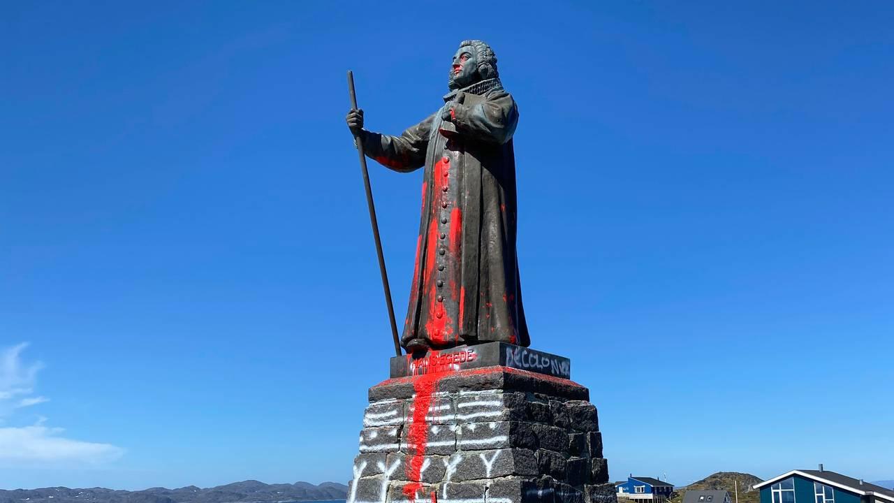 Statuen i Nuuk på Grønland av misjonspresten Hans Egede, tilgriset med rødmaling.