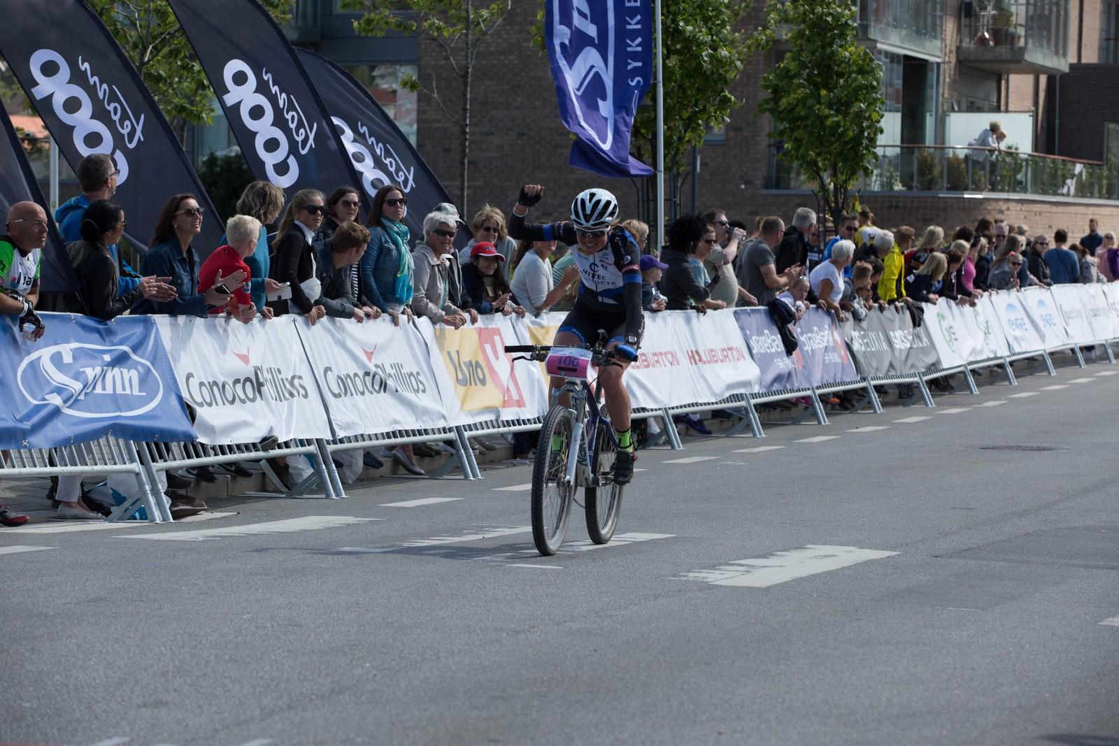 Vinnar av kvinneklassen, Emilie Mober, passerer mållinja i Sandnes.