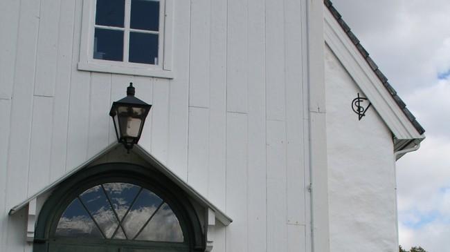 Inngangspartiet med monogrammet til Christen Søfrenson Wittrup til høgre. Foto: Ottar Starheim, NRK.