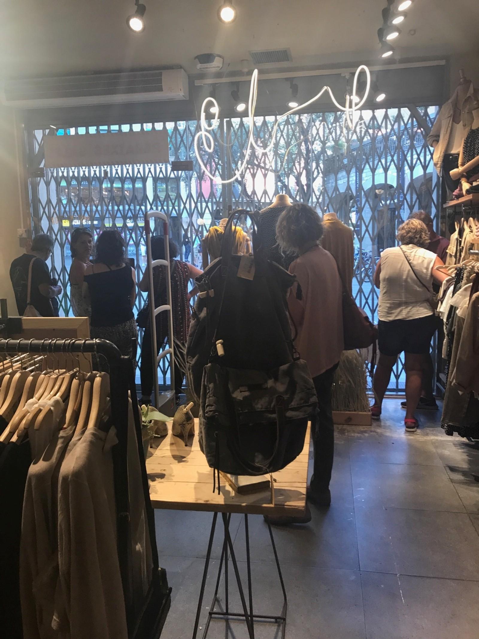 GJEMTE SEG I BUTIKKER: Las Ramblas er en av Spanias mest kjente handlegater. Flere av personene som befant seg i gaten gjemte seg inne i butikker da angrepet skjedde.