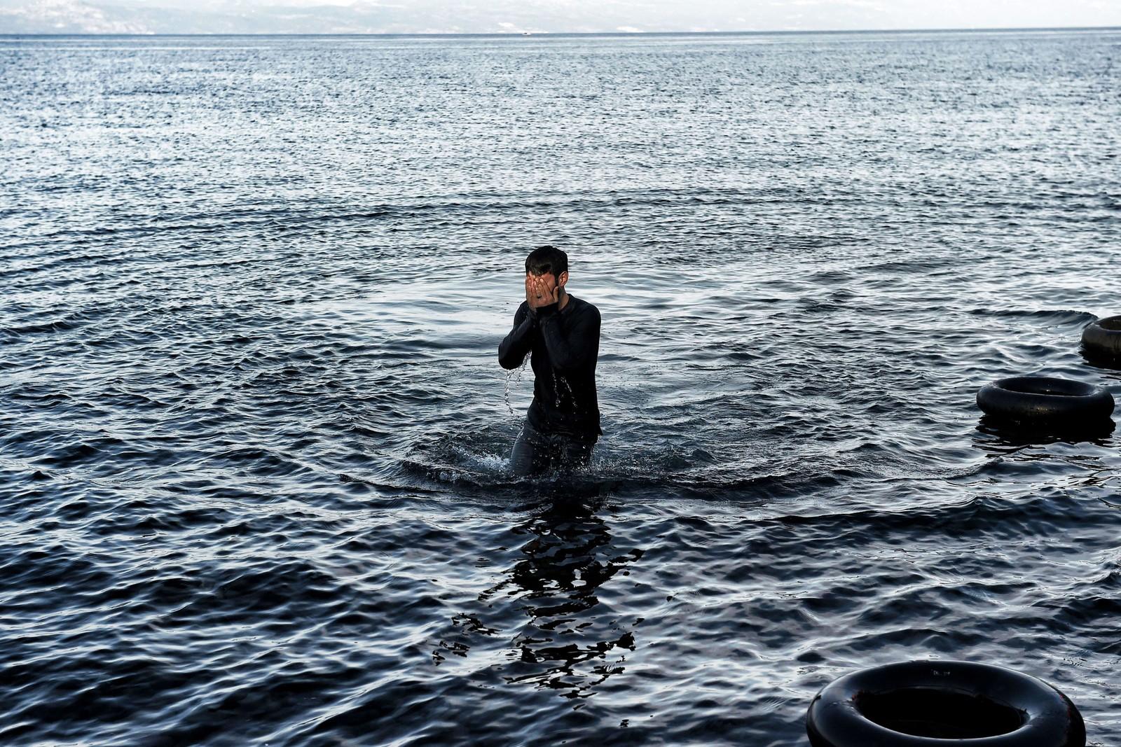 En mann går i land på Lesvos 10. november 2015 etter å ha krysset havet fra Tyrkia.