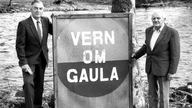 """Skilta med """"Vern om Gaula"""" vart sette opp mange stader langs vassdraget på 1970-talet. Trygve Mjell t.v. og Gustav Søgnen var med i Informasjonskomitéen for Gaularvassdraget frå starten i 1971 til dei kunne innkassere sigeren 20 år seinare. Foto: Jostein Aardal, Firda."""
