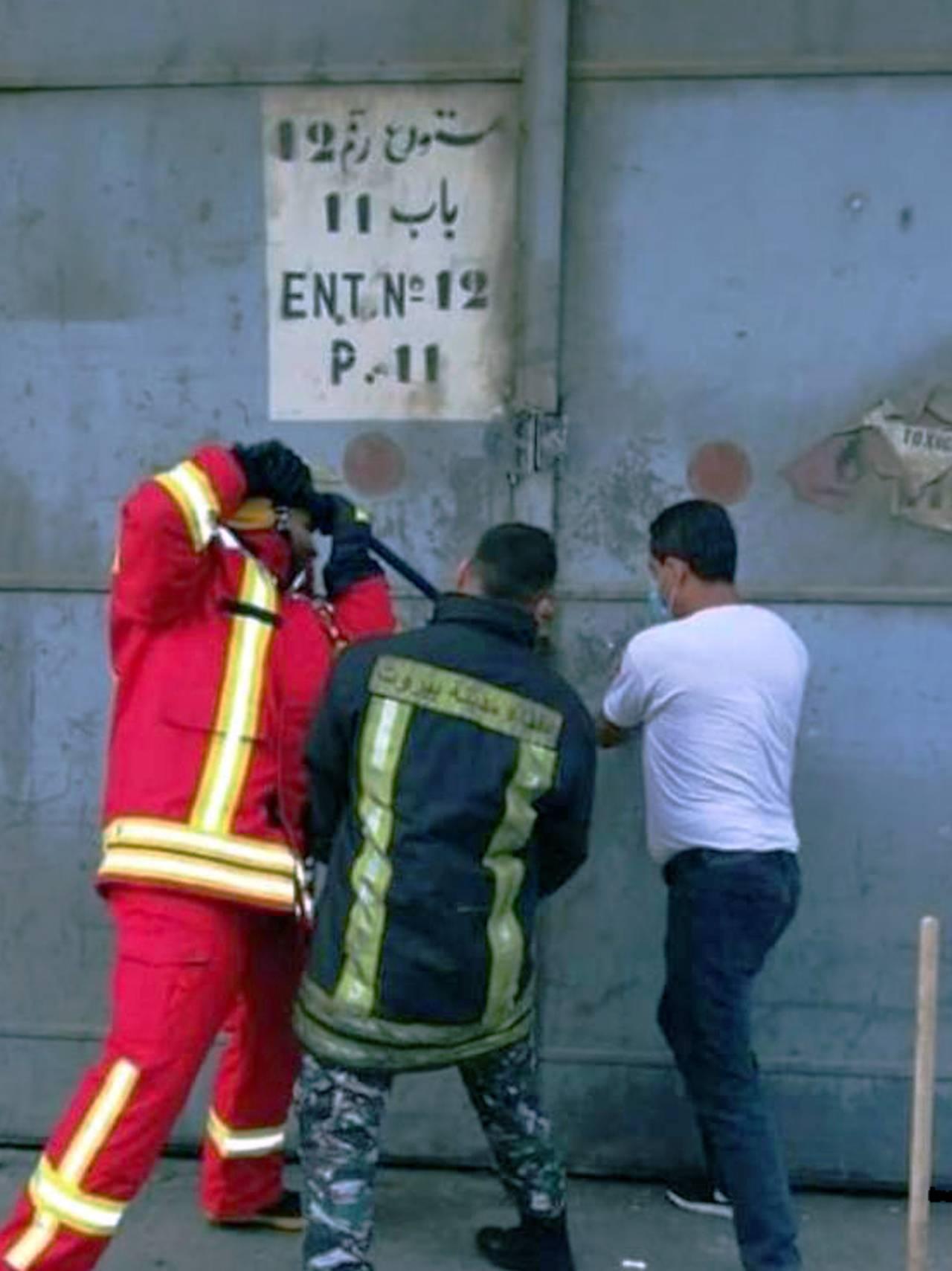 Brannmenn forsøker å åpne hangar 12 i Beirut 4.august 2020