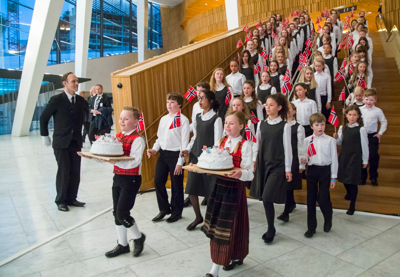 Den Norske Opera Barnekor synger bursdagssang under regjeringens festmiddag for kongeparet i Operaen i anledning deres 80-årsfeiring.