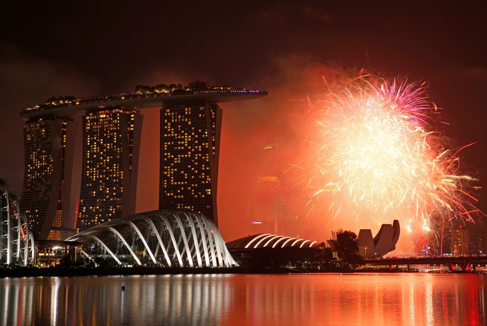 SINGAPORE: Nyttårsfyrverkeri over Marina Bay i Singapore.