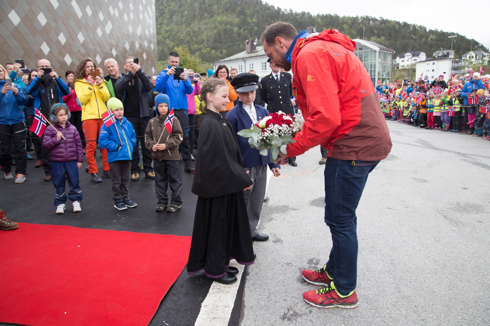 Kronprins Haakon fikk blomster ved ankomsten.