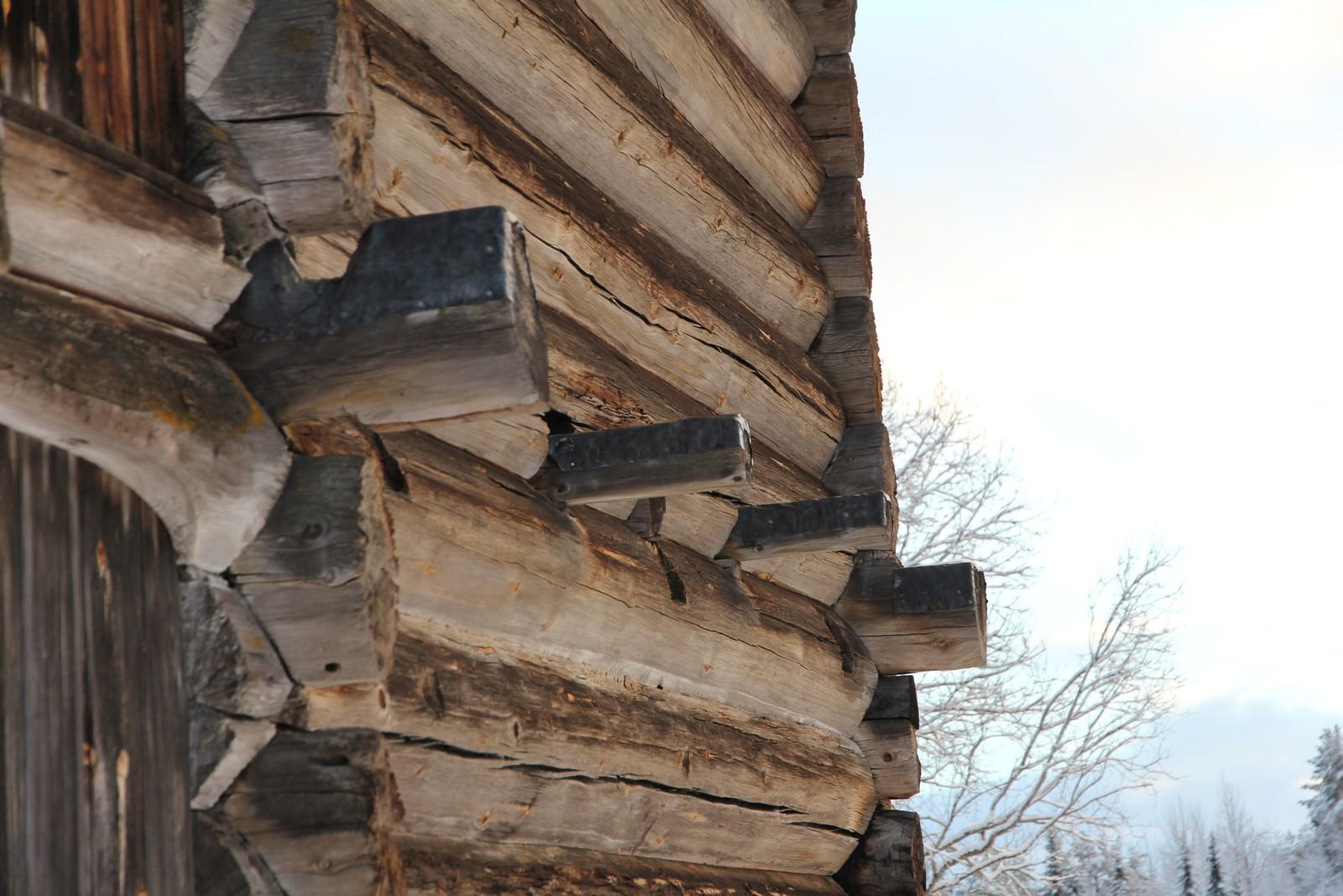 På sidene stikker det ut stokker som en gang hadde vært en del av en svalgang. Loftet har ikke stått på samme plass hele tiden. Bonden på Vindlaus kjøpte bygningen i 1820, og flyttet det dit det er nå. Opprinnelig hadde det svalganger oppe. Men det heter seg at bonden på Vindlaus ikke hadde råd til å bygge nytt tak over hele loftet. Så da kappet han av svalgangen. Og derfor ser det litt enkelt og simpelt ut i dag. – Det her var jo lenge før Riksantikvaren var påtenkt. Men bygdefolket likte det dårlig at han hadde skamfert loftet slik, sier Dag Rorgemoen.