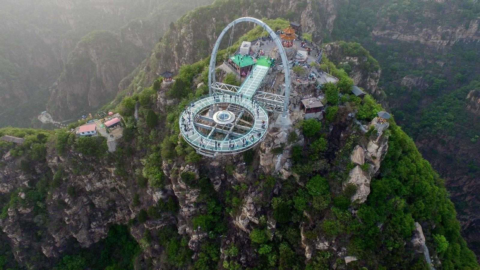 Med sine over 30 meter ut fra klippene, skal dette utsiktspunktet i Shilinxia være verdens største utsiktsplattform i glass, og den finner du ikke langt fra Beijing.
