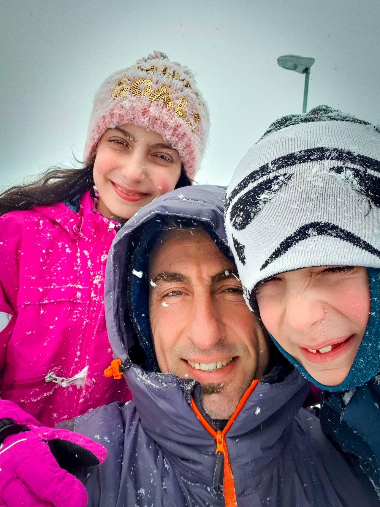 Elias Alawad og familien på tur i snøen