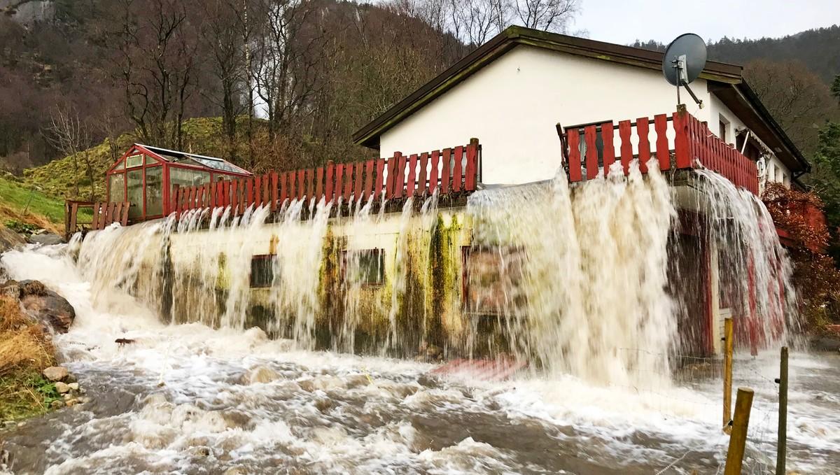 MYE NEDBØR: Slik så det ut da bekken fant en ny vei rundt et hus på Espeland i Bjerkreim kommune i 2017.