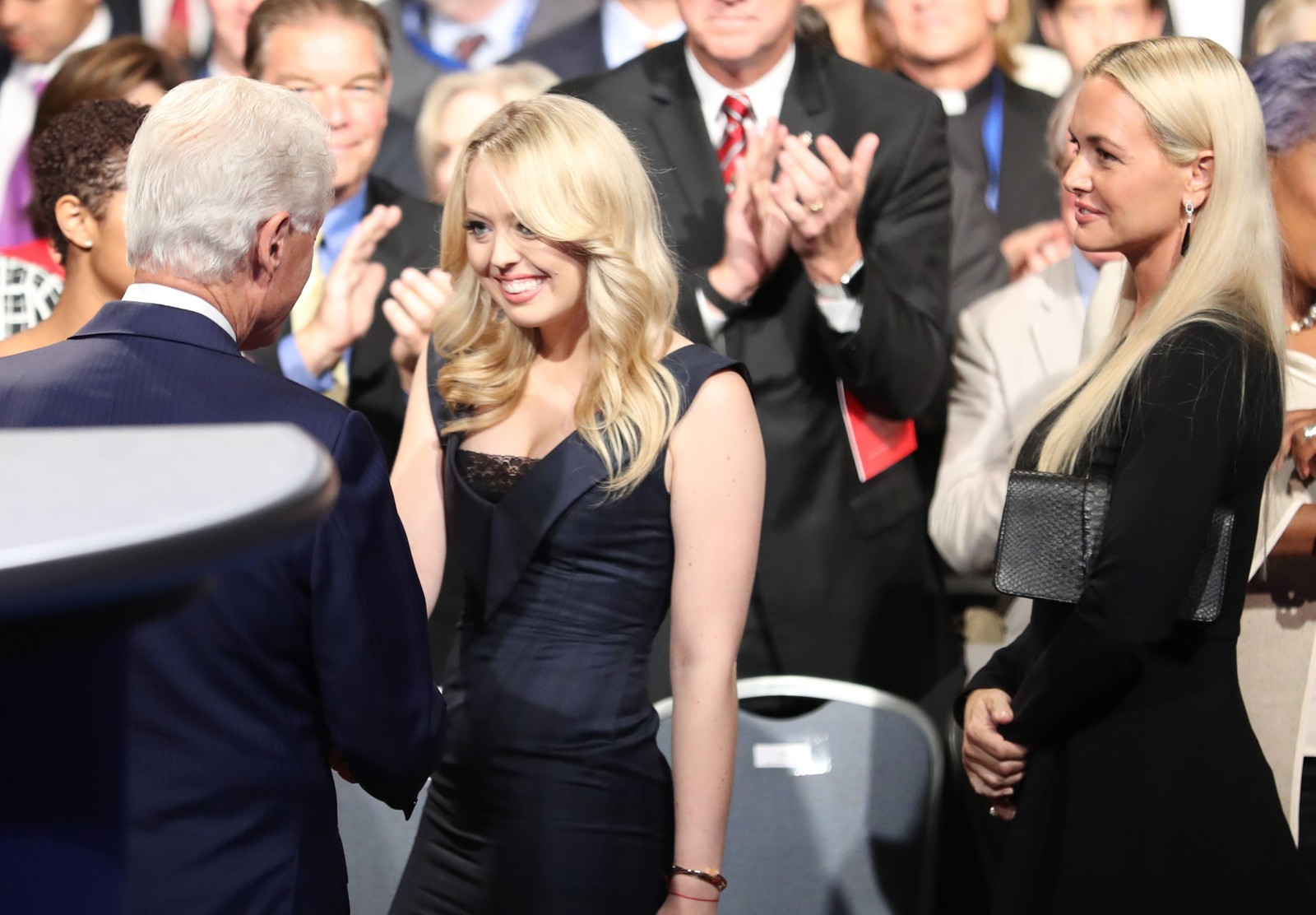 Bill Clinton håndhilser på Tiffany Trump, Donald Trumps datter.