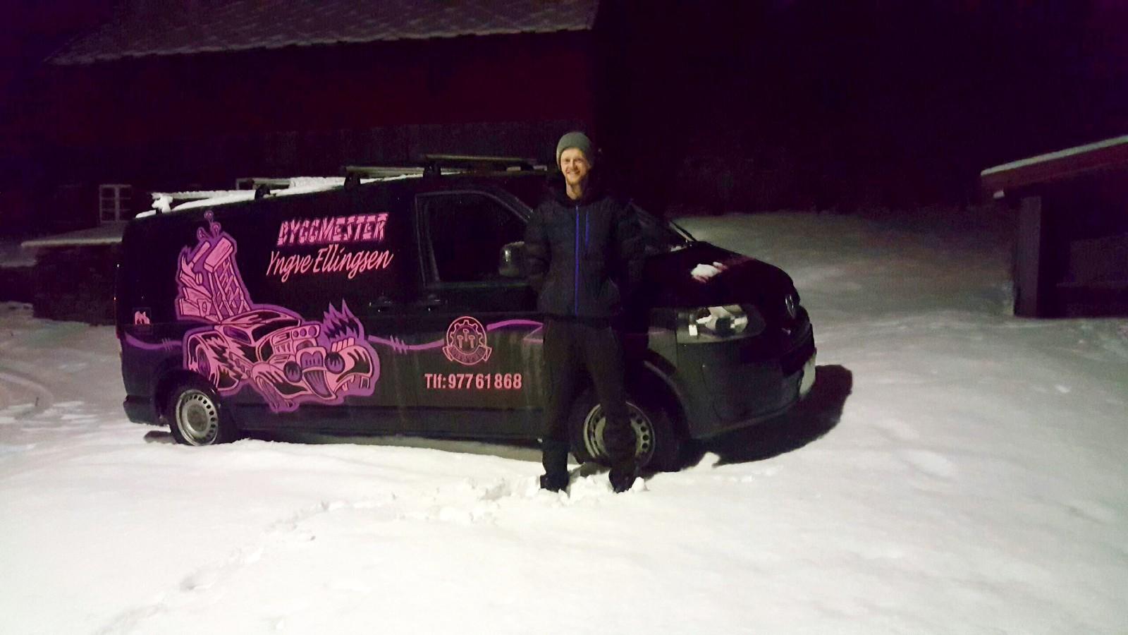 Robert Søreide hjalp mange biler opp Helldalen i dag.