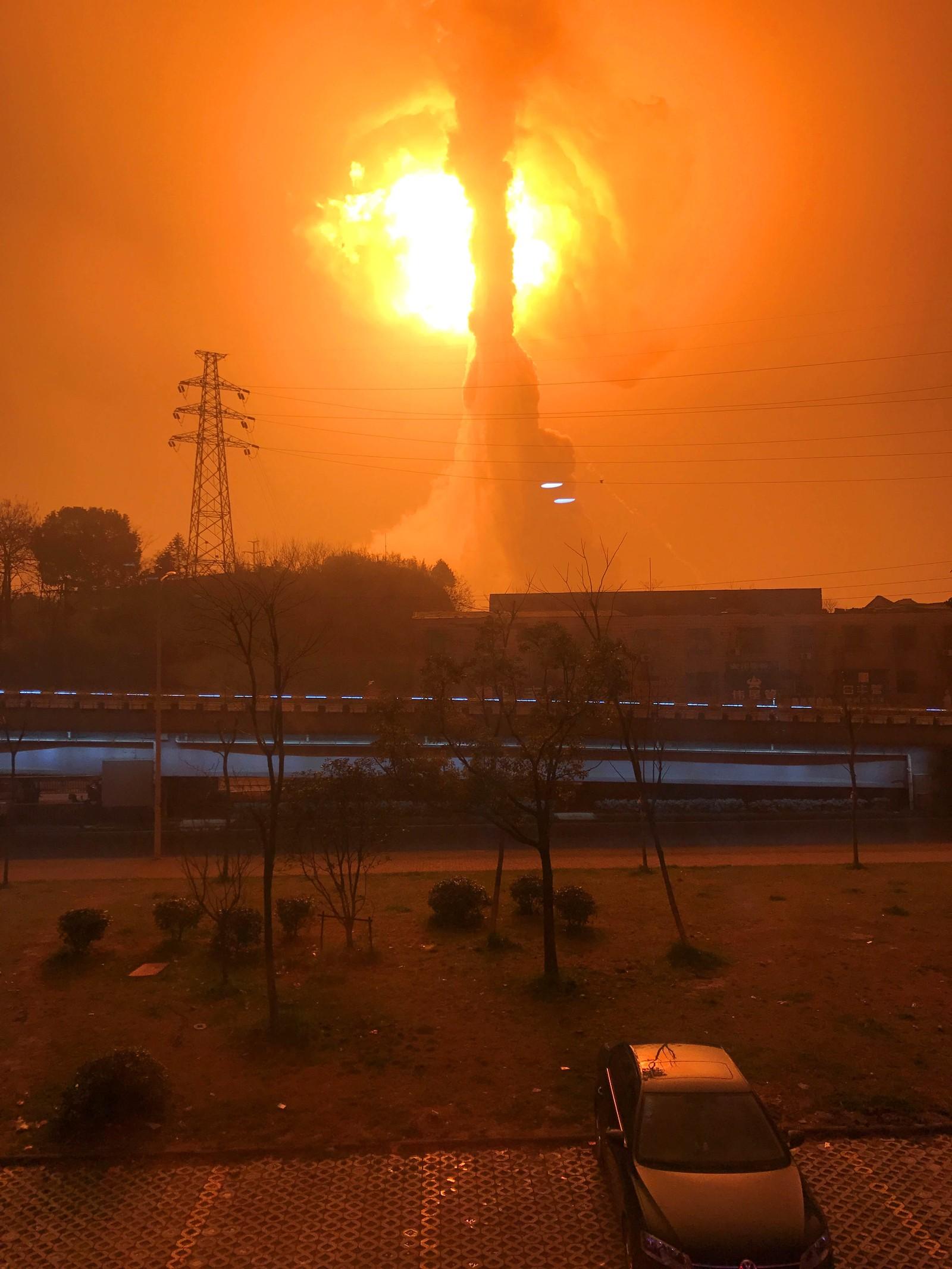 To mennesker ble skadet i en kraftig eksplosjon ved en kjemikaliefabrikk i Tongling i Kina.