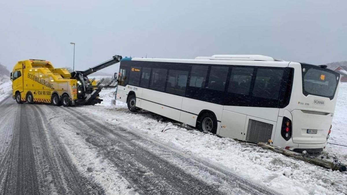 Buss kastet av veien i Bodø