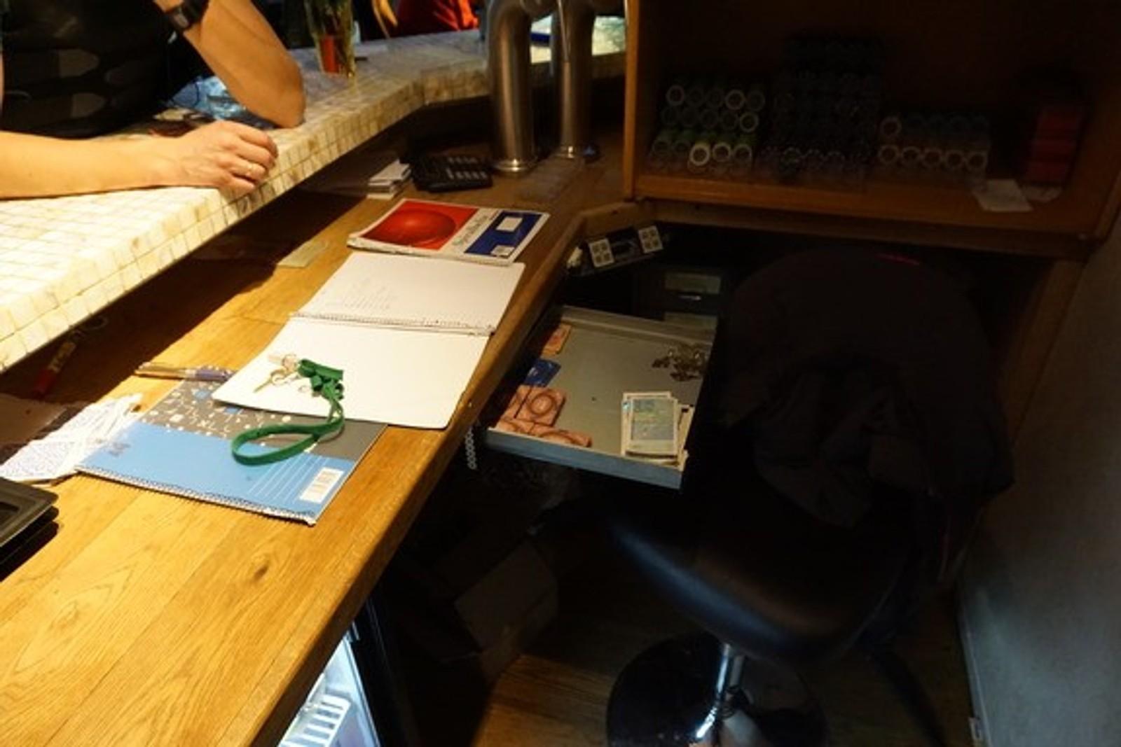 INNSATS: Politiet fant både penger, poker chips og monopolpenger i den ulovlige klubben.