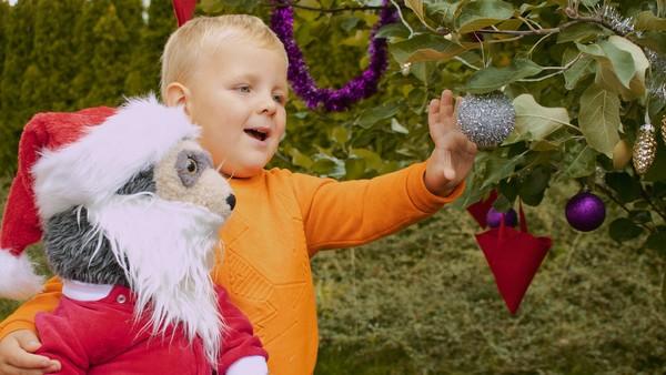 Norsk dramaserie. Jul i Juli. Johannes vil pynte til jul, men det er sommer og mamma sier at jul og juli ikke er det samme.