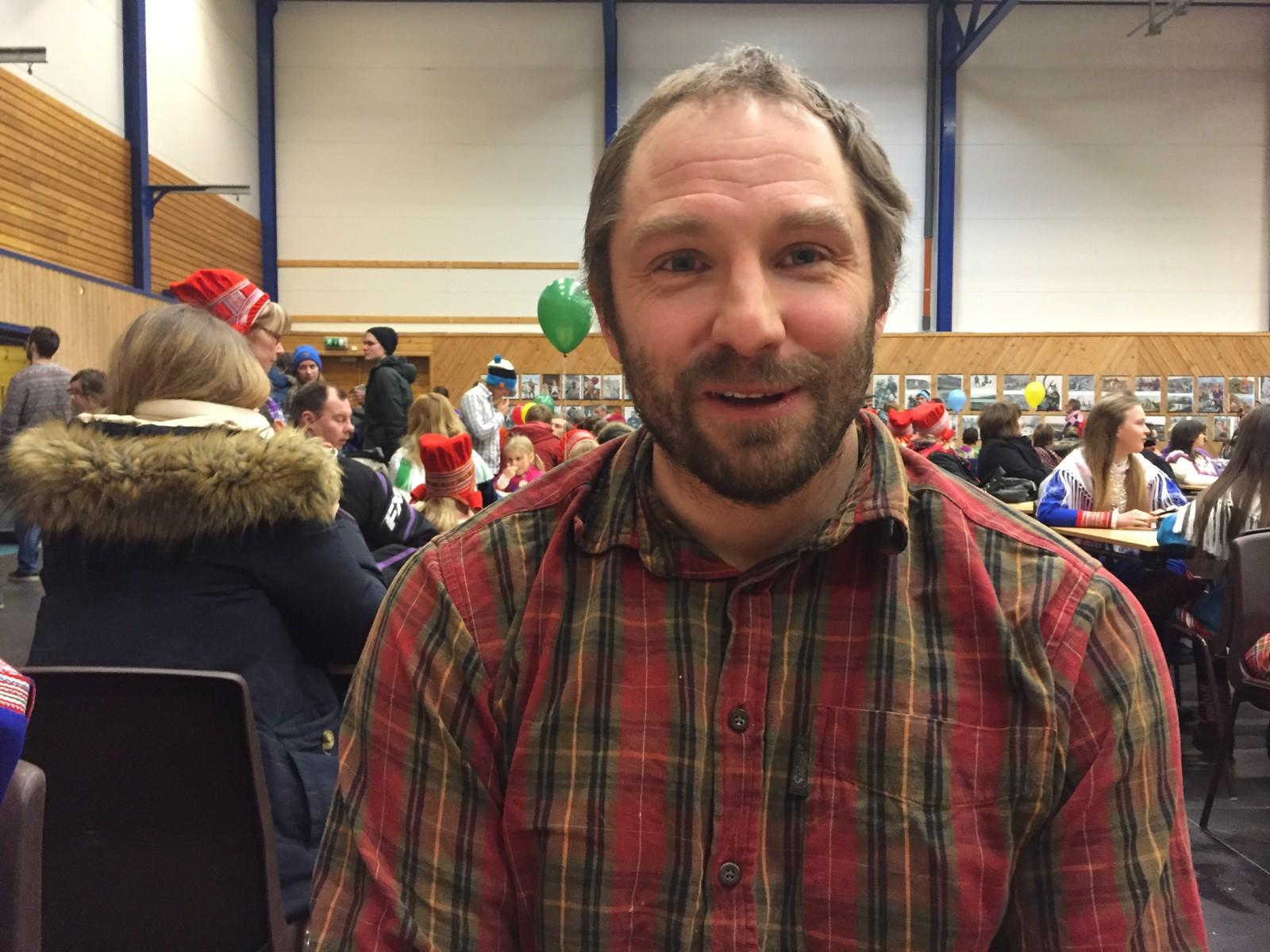 Lærer Aleksander Hansen ved Øytun folkehøgskole kunne fortelle at turen til Kautokeino på nasjonaldagen er en del av et større prosjekt om de forskellige kulturene i Finnmark.