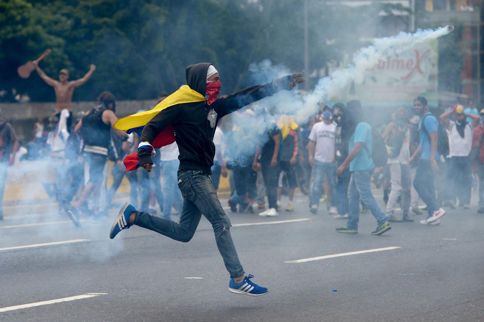 Tre personer døde da demonstrasjonene startet onsdag.