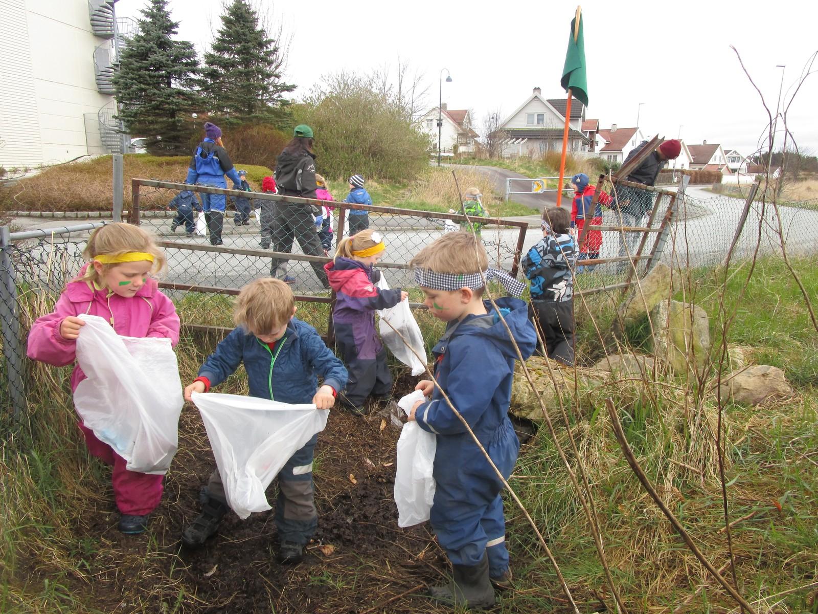 Miljøpiratene i Rodamyr barnehage i Tananger har deltatt. Med miljøflagget på slep fant de to stappfulle søppelsekker, inkludert en miksmaster, i heia. – De har hatt en verdifull dag. Miljø er å beskytte, sa en fem år gammel gutt etterpå.