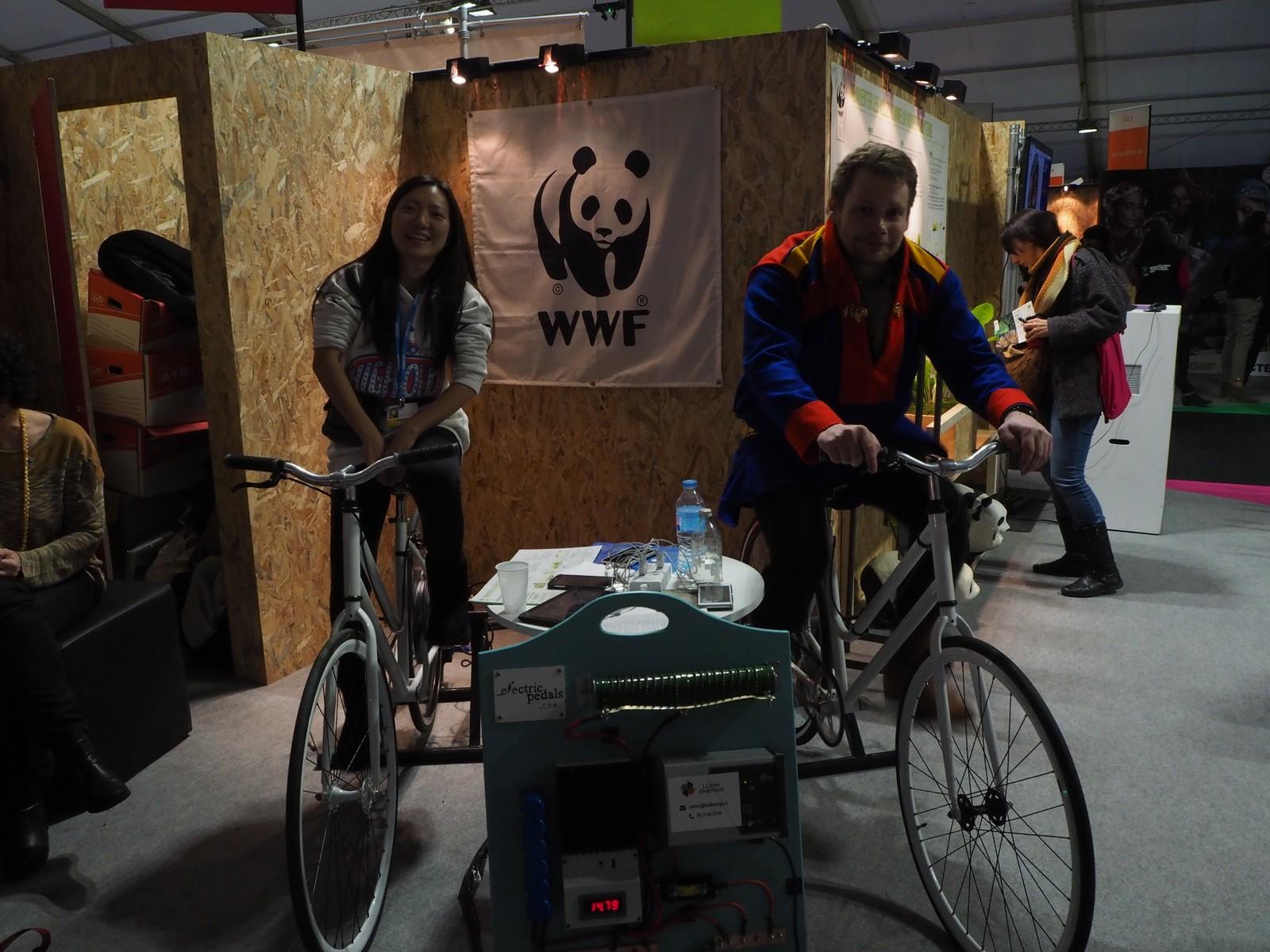 NRK Sápmi reporter Carl-Gøran Larsson prøver ut en av de mer vennlige energiformene.  Fra den grønne sonen i konferanseområdet i Paris. Her er det åpent for publikum.