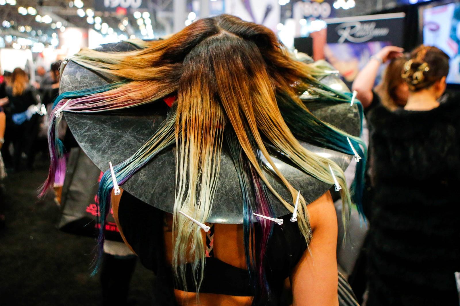 En kvinne venter på at håret skal være et moteshow verdig i New York.