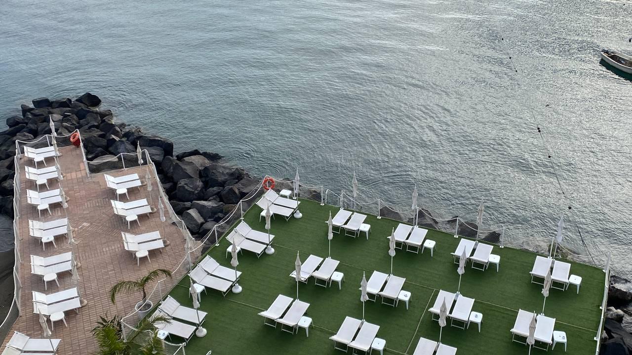 LEDIG PLASS: Ferieøya Ischia i Napolibukta venter på turistene.