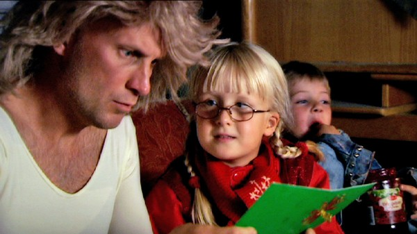 Klara Klegg og Morten Mygg flytter hjemmefra.       Klara synes at mamma og pappa bestemmer altfor mye. Hun og Morten Mygg flytter hjemmefra og lager sine egne regler.