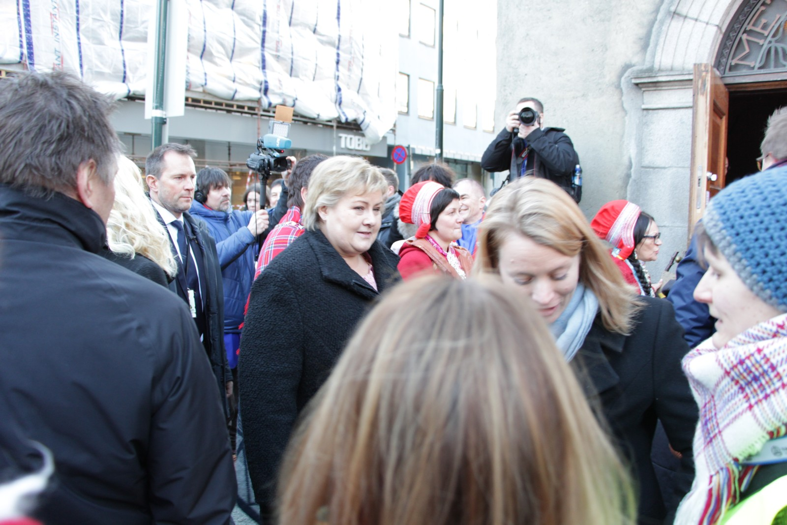 Statsminister Erna Solberg sammen med forhenværende sametingspresident Aili Keskitalo (NSR).