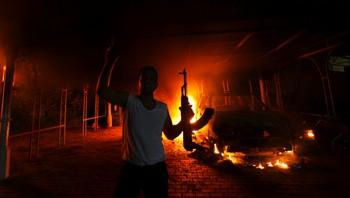 En person utenfor det amerikanske konsulatet i Benghazi, Libya