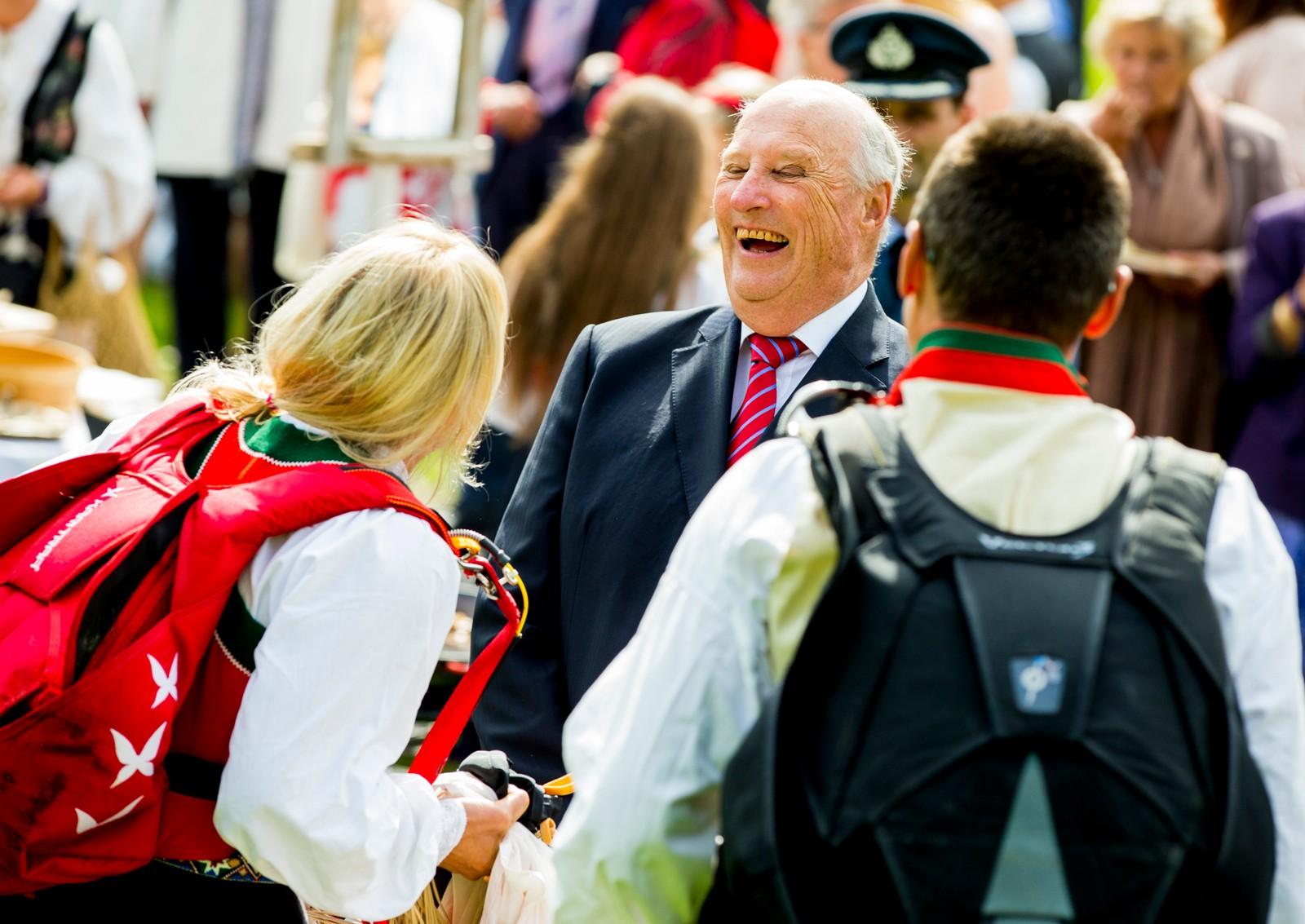 Det norske kongeparets 25-årsjubileum i 2016. Kong Harald hilser på Kari Traa som hoppet i fallskjerm under hagefesten på Gamlehaugen i Bergen lørdag ettemiddag.