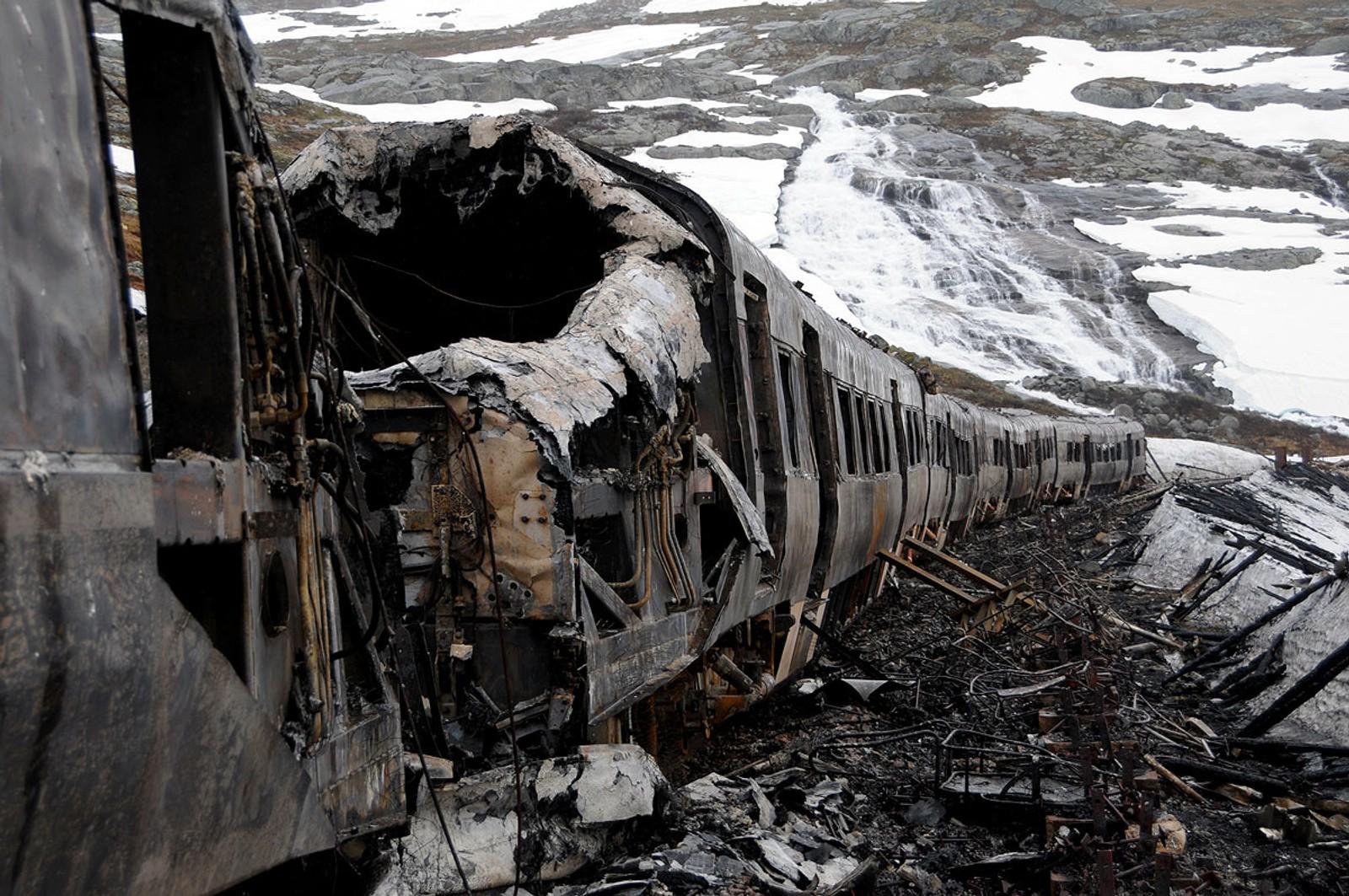 Togsettet var fullstendig utbrent etter den veldige brannen 16. juni 2011. 253 menneske vart evakuert.
