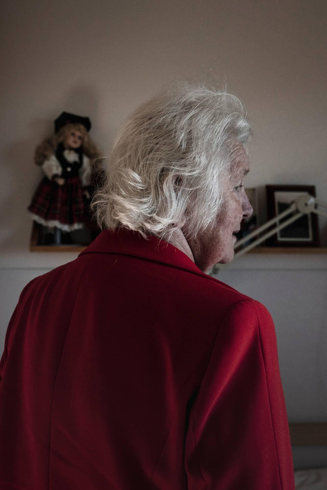 Anne Marie stirrer hvileløst ut i rommet i sin røde jakke