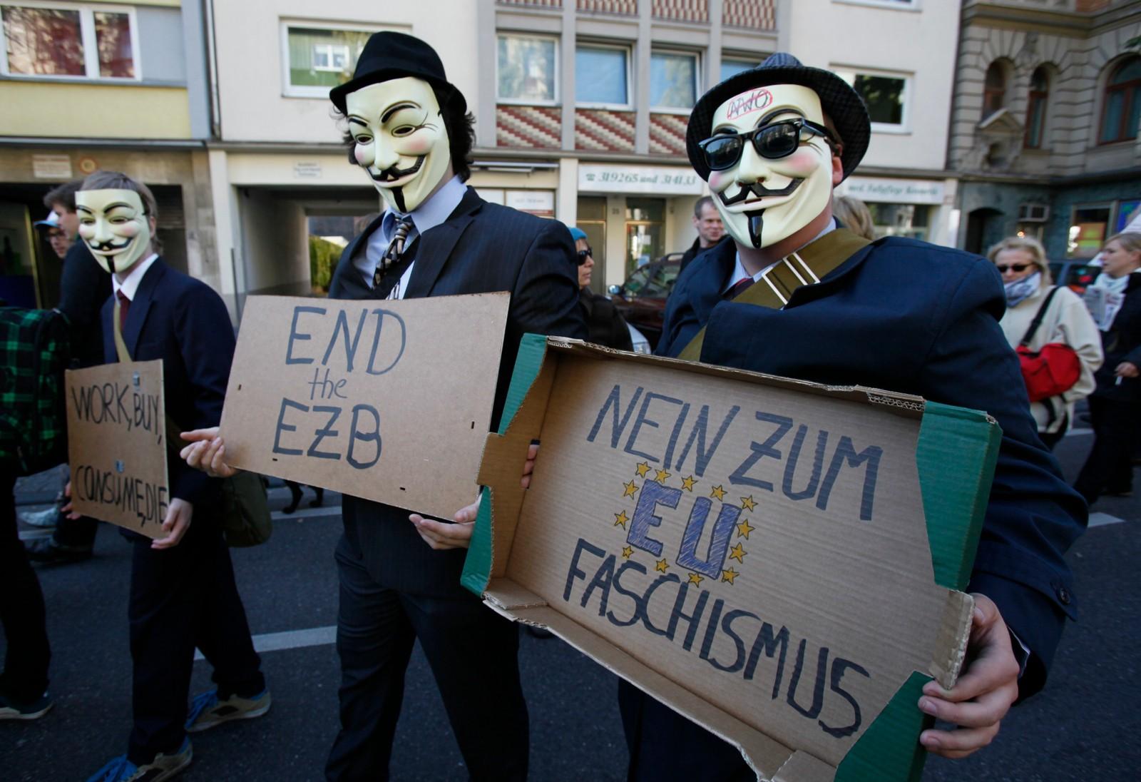 Demonstranter ikledd masker for å protestere mot finansnæringen og bankene.