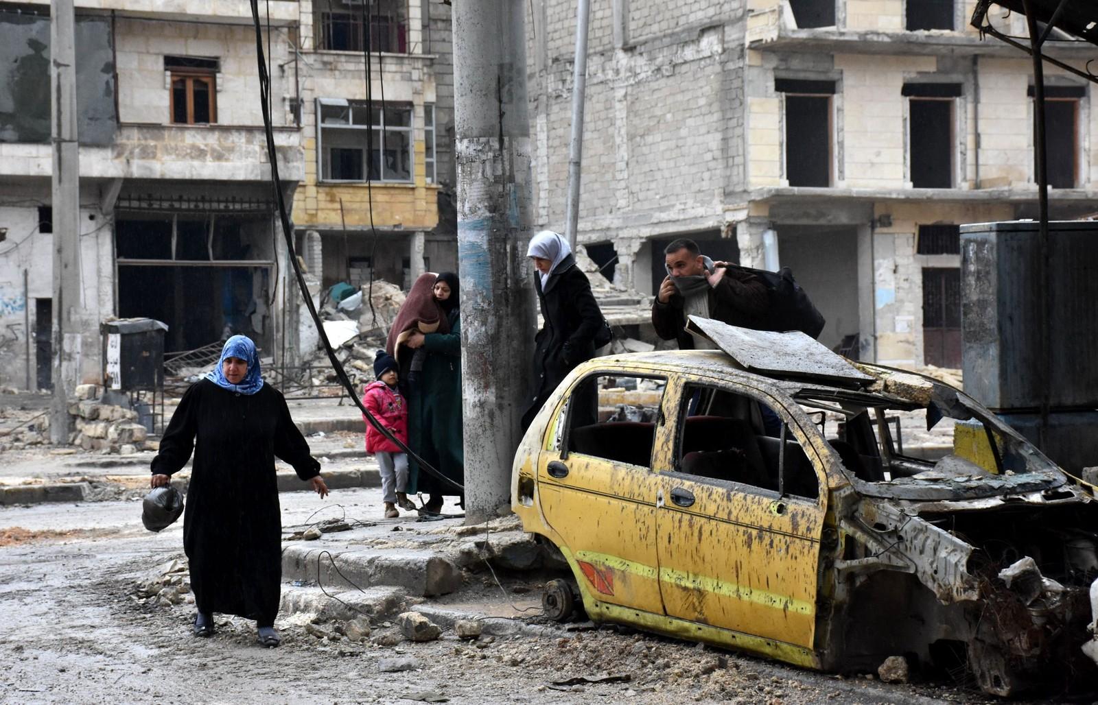 Syriske sivile i nabolaget al-Sukari neighbourhood forsøker å flykte fra bomber og skudd.