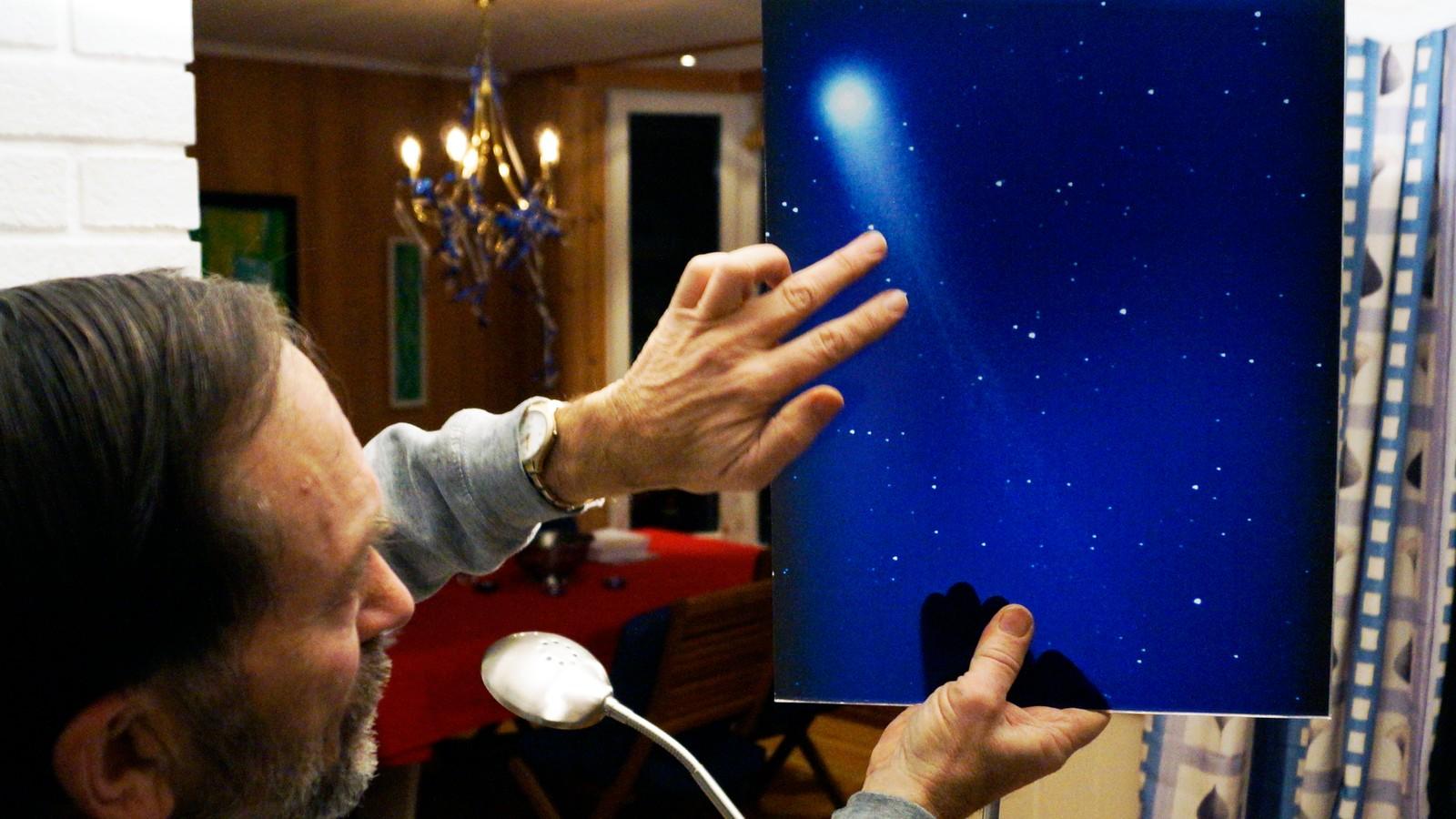 Lewis Houck viser et bilde han tok av kometen Lovejoy for et par år siden.