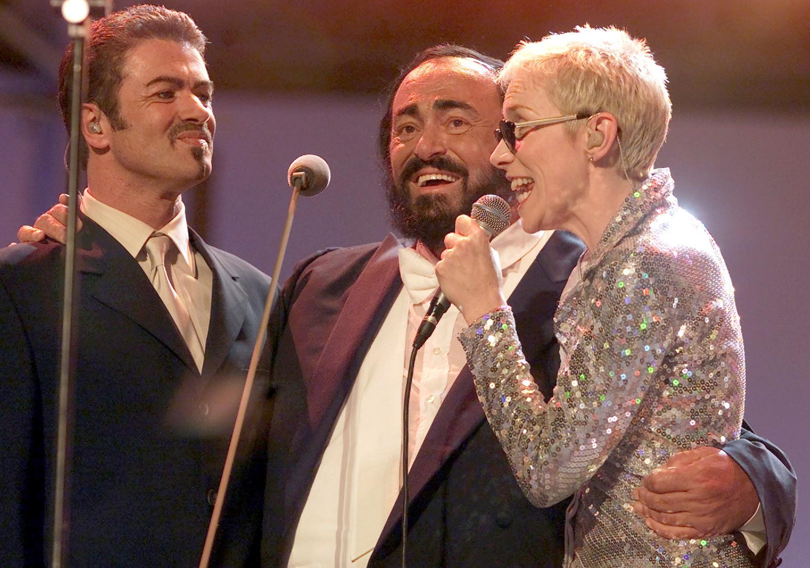 """2000: George Micael, Luciano Pavarotti og Annie Lennox fra Eurythmicspå scenen i Modena i Italia 6. juni 2000 på konserten """"Pavarotti & Friends"""". Konserten var en veldedighetskonsert til inntekt for barn i Kambodsja og Tibet."""