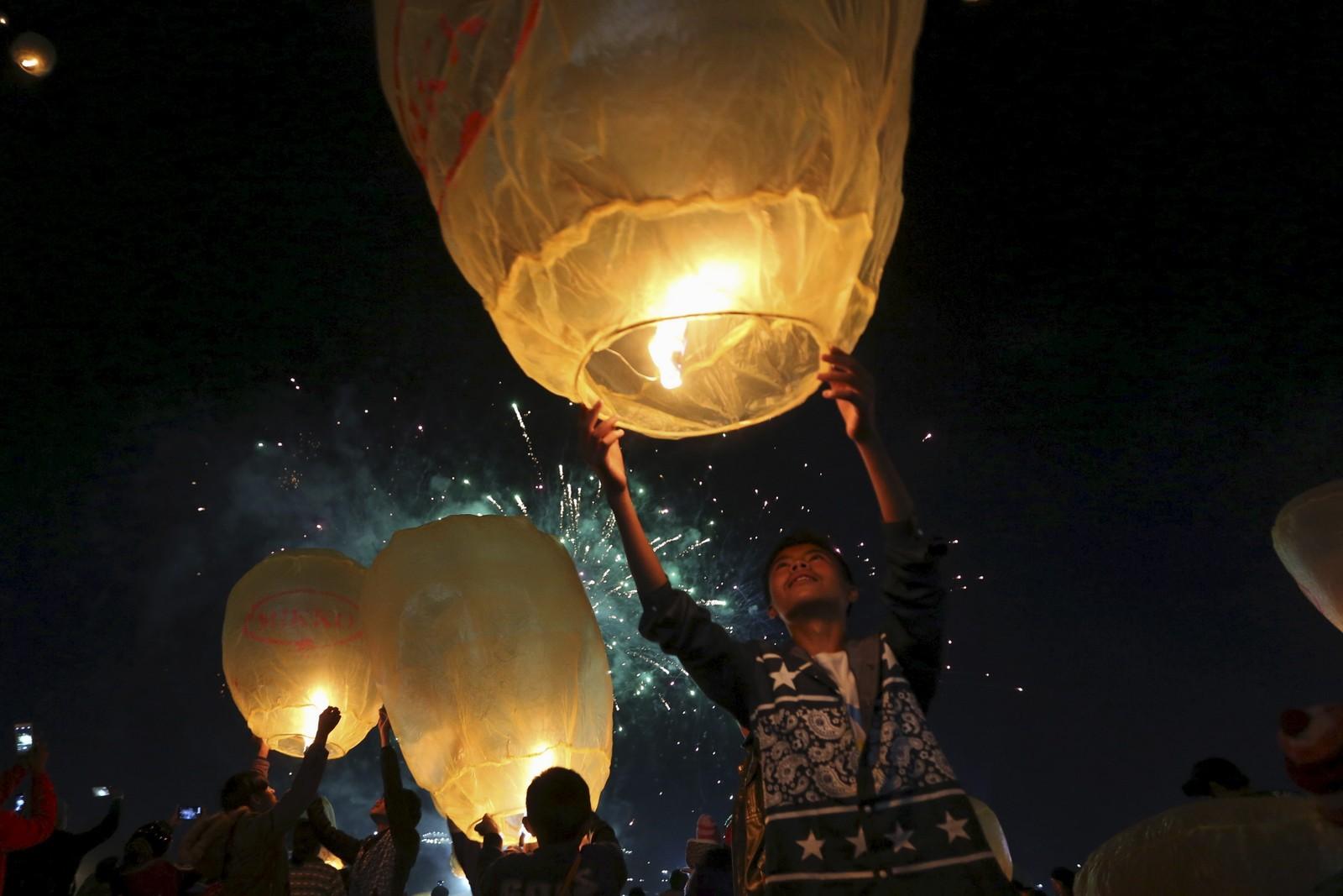 Hjemmelagde lyslanterner lyser opp himmelen under varmluftballong-festivalen Tazaungdaing i Myanmar. Festivalen markerer slutten på regntida.