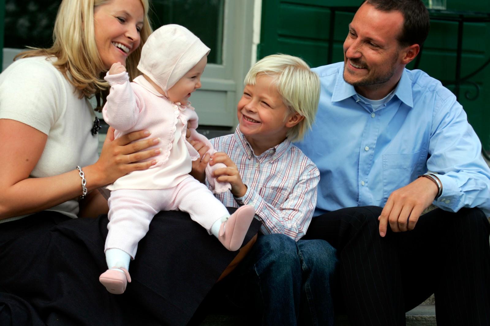 DEN FYRSTE SOMMAREN: Storebror Marius er sju år eldre. Sommaren 2004 stilte kronprinsfamilien til fotografering heime på Skaugum.