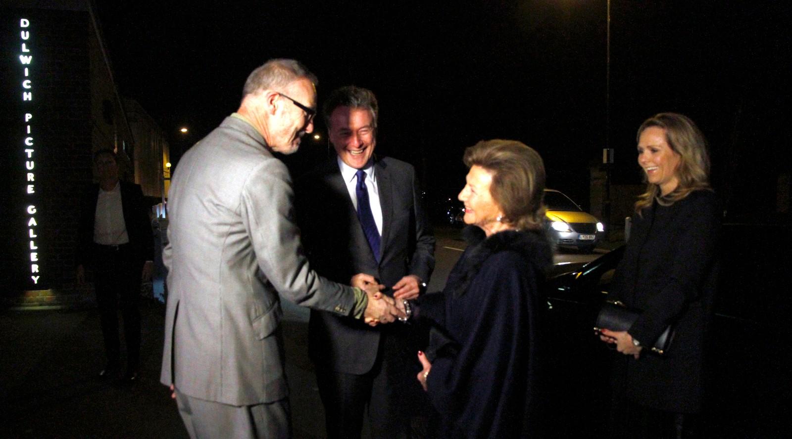 Dronninga kjem til Dulwich Picture Gallery og blir ynskt velkomen av styreleiar Simon Freakley og museumsdirektør Ian Dejardin.